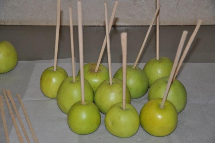 תפוחים משופדים מחכים לציפוי
