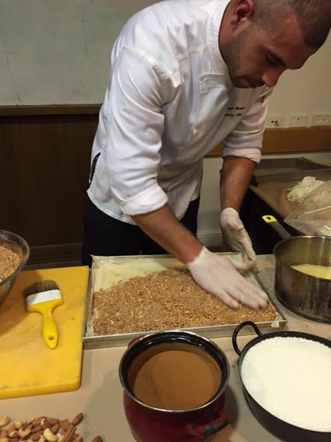 הכנת בקלאווה - פיזור פיצוחים ומי סוכר